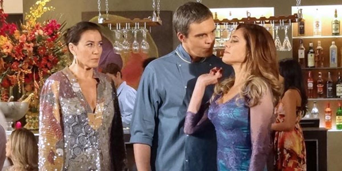 René (Dalton Vigh) expulsa Tereza Cristina (Christiane Torloni) de seu restaurante em Fina Estampa (Foto: Divulgação/Globo)