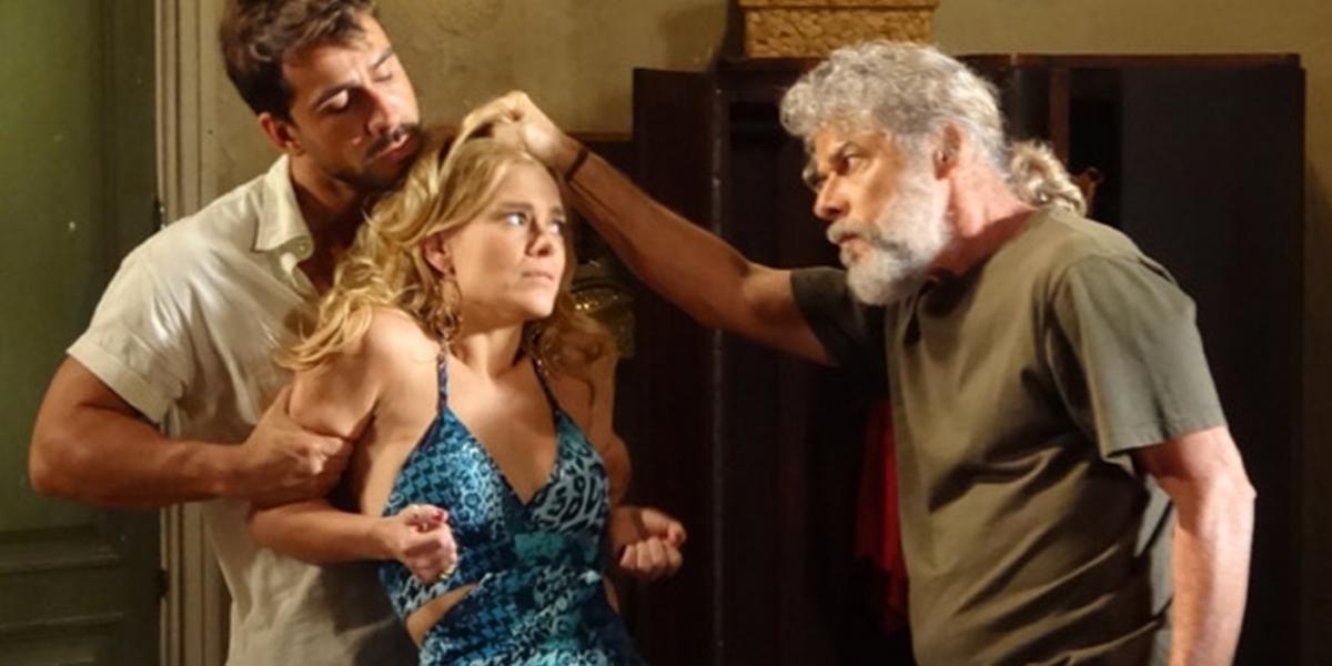Teodora (Carolina Dieckmann) é desmascarada e confessa roubo em Fina Estampa (Foto: Divulgação/Globo)