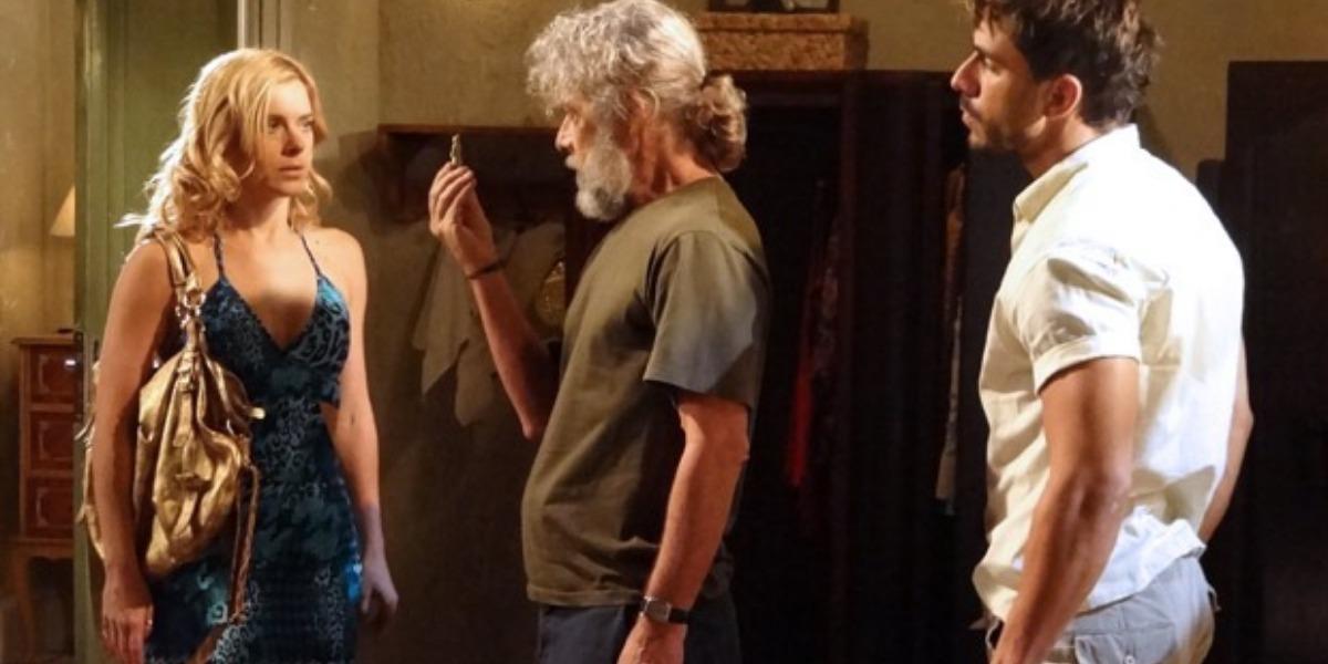 Fina Estampa, Teodora se desespera ao descobrir que foi roubada no Hotel (Montgem: TV Foco)