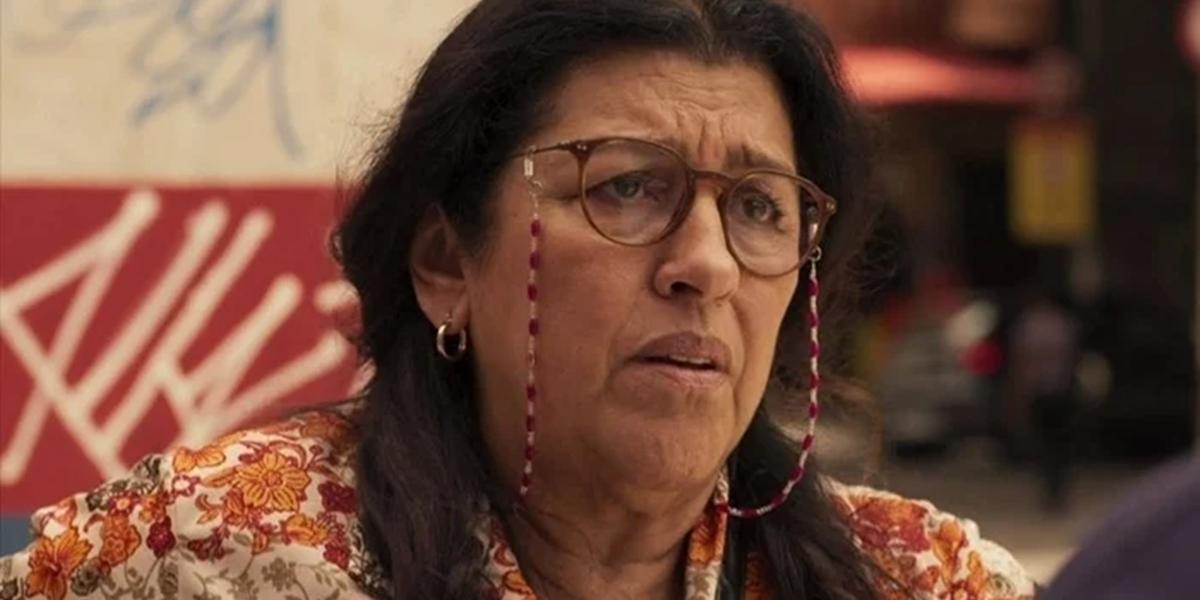 Regina Casé (Lurdes) em Amor de Mãe; atriz será afetada por mudanças na Globo (Foto: Reprodução/Globo)