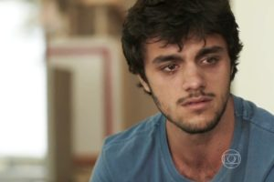 Jonatas sofre ao ver que Eliza o trocou por Arthur em Totalmente Demais