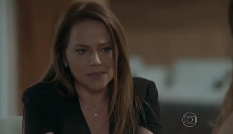 Lili de Totalmente Demais vestida de blazer preto com expressão de choro e desabafo