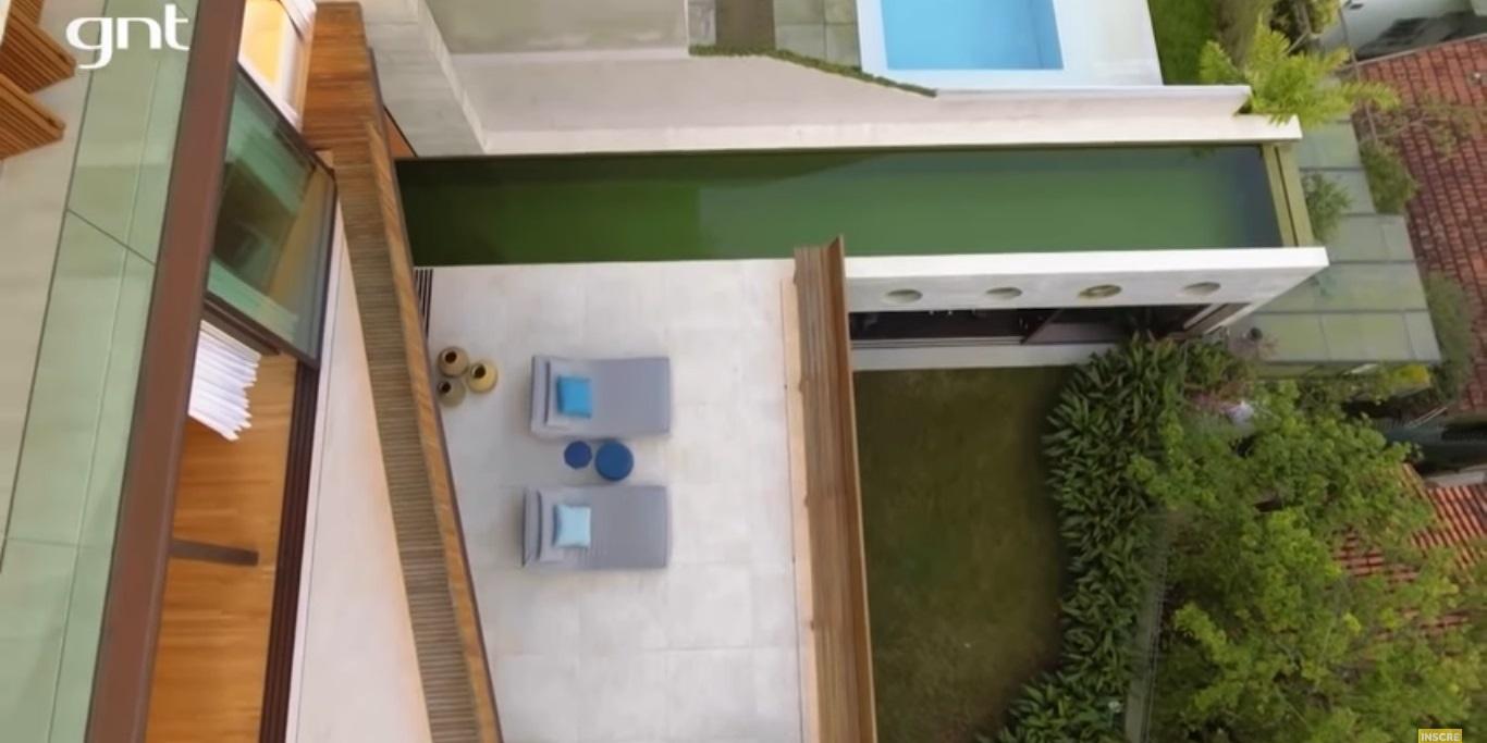 Piscina da residência vai desde a sala até a área externa (Foto: reprodução/GNT)