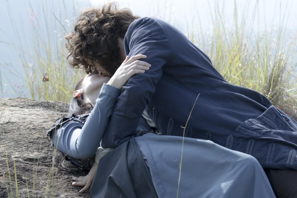 Anna é beijada por Joaquim após se declarar em Novo Mundo