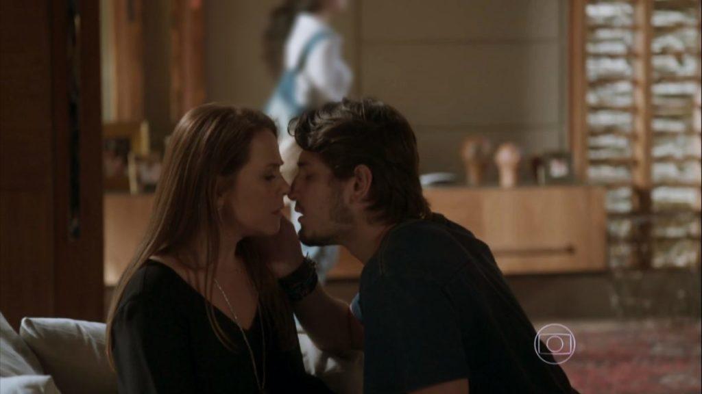 Rafael tenta beijar Lili na trama de Totalmente Demais