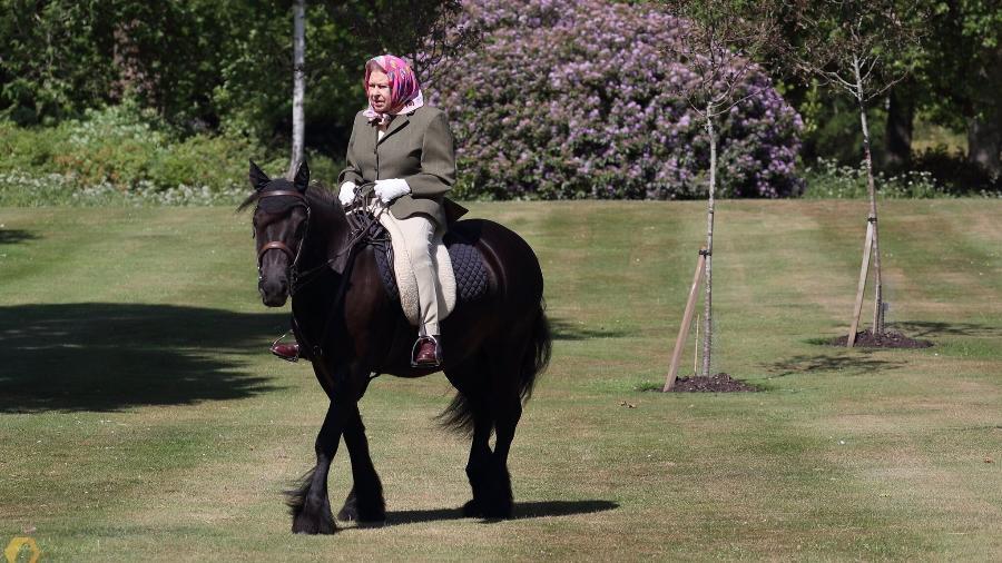 Amante de montaria, Elizabeth II troca cavalos por pônei (Foto: Reprodução)