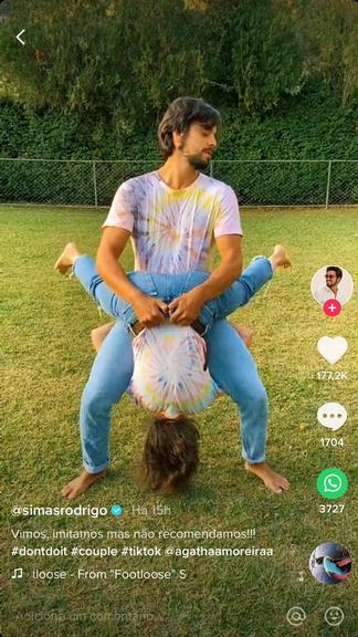 A famosa atriz da Globo, Agatha Moreira e o seu namorado Rodrigo Simas agitaram as redes sociais ao serem flagrados em posição inusitada (Foto: Reprodução/TikTok)