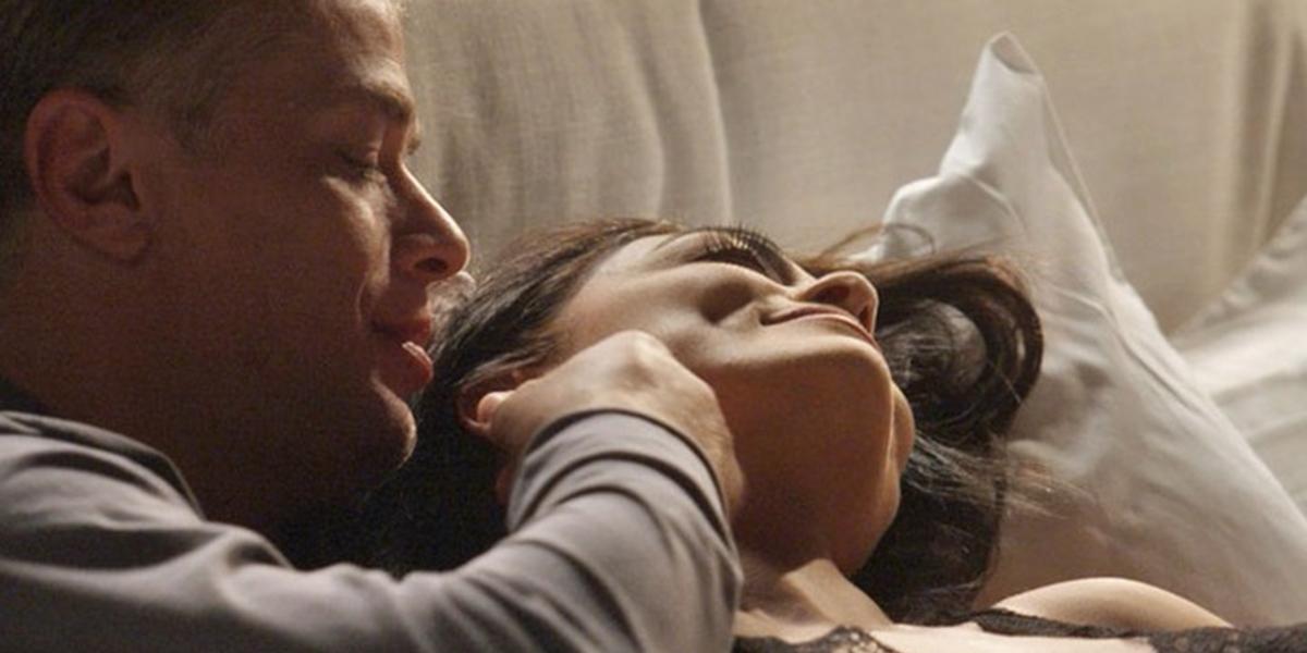 Arthur (Fábio Assunção) e Carolina (Juliana Paes) na cama em Totalmente Demais (Foto: Divulgação/Globo)