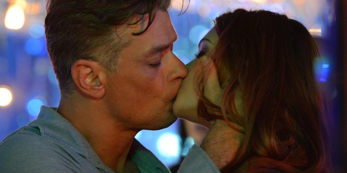 Arthur (Fábio Assunção) beija Eliza (Marina Ruy Barbosa) na frente de todos em Totalmente Demais (Foto: Divulgação/Globo)