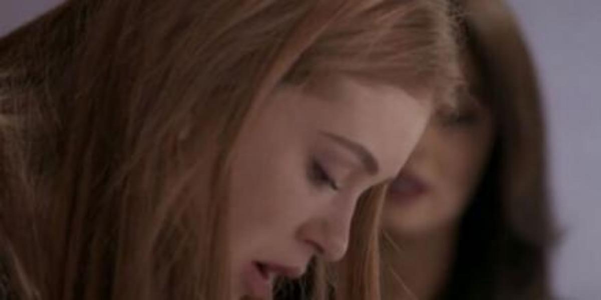 Totalmente Demais, Carol e Eliza baixam a guarda após se consolarem depois que o concurso for cancelado (Imagem: Globo)