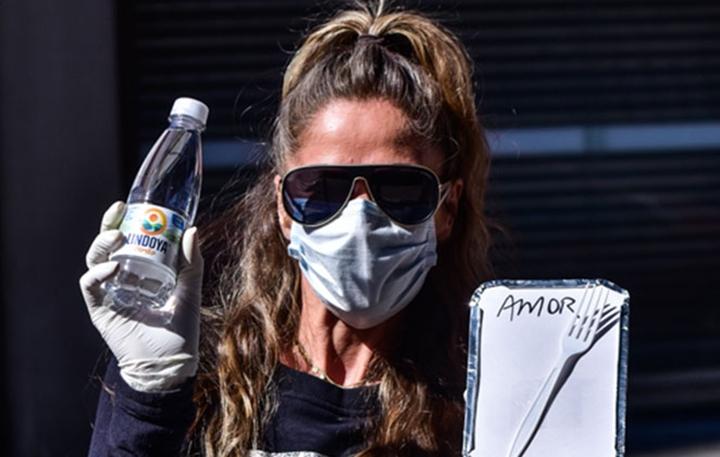 Adriane Galisteu com marmita para ser entregue a moradores de rua. (Foto: Divulgação)