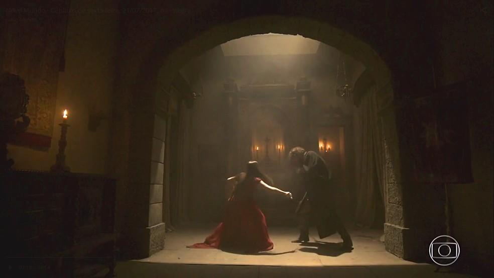 Anna luta com espada contra seu marido Thomas em Novo Mundo