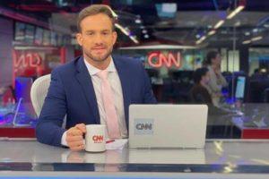 Daniel Adjuto posa na bancada do Jornal da CNN (foto: Reprodução)