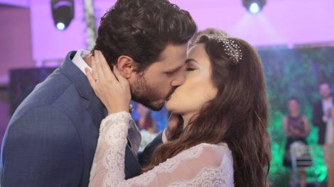 Marcelo e Luisa se beijam em seu casamento em As Aventuras de Poliana