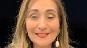 Sonia Abrão acabou tendo intimidade exposta após ser colocada contra a parede por fã (Foto: Reprodução)