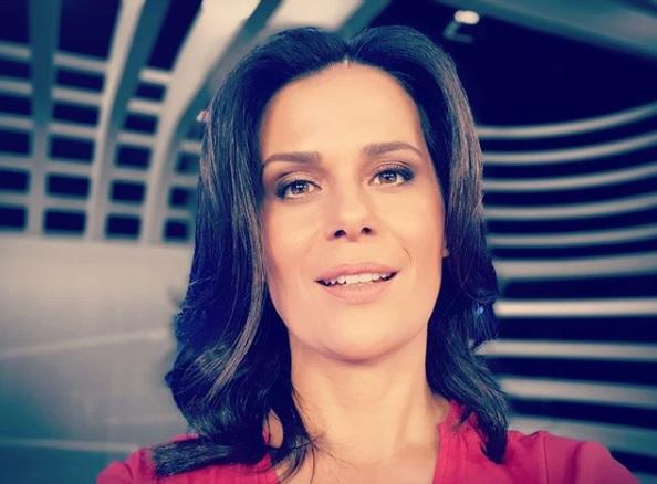 A jornalista Adriana Araújo comandava o Jornal da Record - Foto: Reprodução
