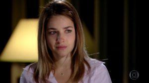 Beatriz da novela Fina Estampa olha para o lado com os olhos emocionados