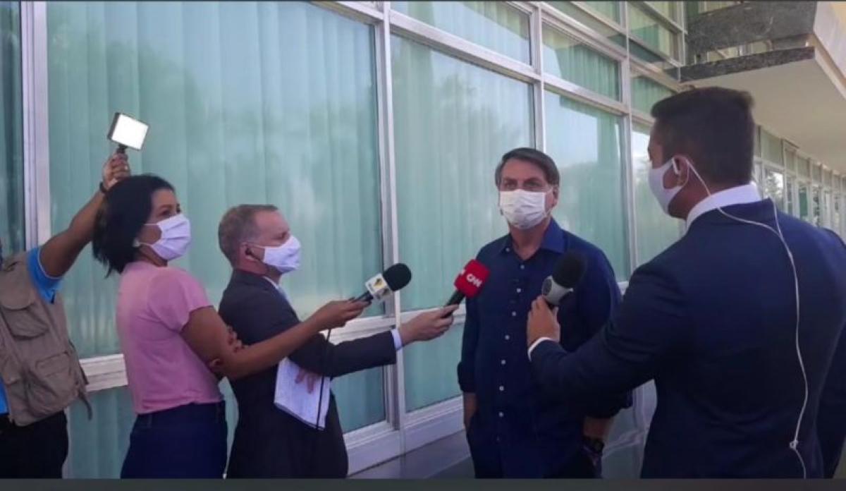 Entrevista de Bolsonaro com jornalistas da Record e CNN (Foto: Reprodução)