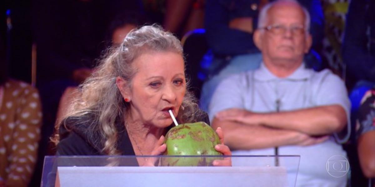 """Doma Selma bebendo """"água rica"""" no Caldeirão do Huck (Foto: Reprodução/TV Globo)"""