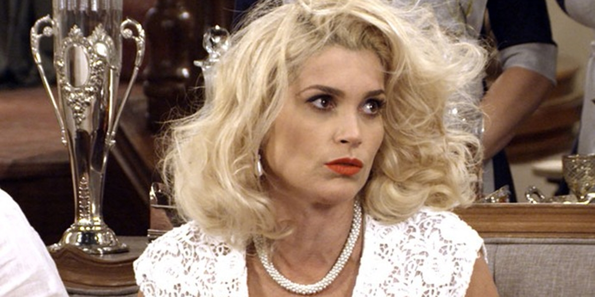 Sandra (Flávia Alessandra) fica destruída após levar surra de Cunegundes (Elizabeth Savala) em Eta Mundo Bom (Foto: Reprodução/Globo)