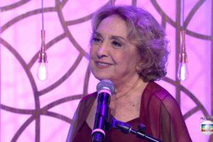 Eva Wilma no palco do Encontro da Fátima Bernardes atrás de microfone