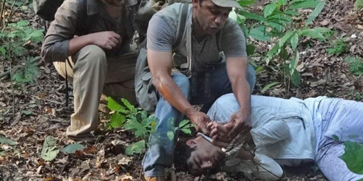 Antenor (Caio Castro) é salvo por caçadores em Fina Estampa (Foto: Reprodução/Globo)