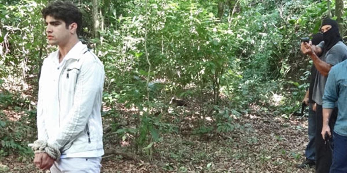 Antenor (Caio Castro) será atingido por tiro e abandonado em matagal (Foto: Reprodução/Globo)