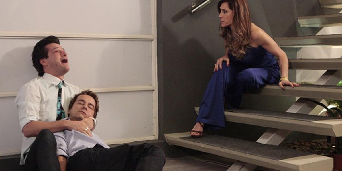 Crô (Marcelo Serrado) revela que Fred (Carlos Vieira) é seu amante misterioso em Fina Estampa (Foto: Reprodução/Globo)