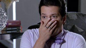Crô (Marcelo Serrado) se apavora com morte do amante e revela identidade do homem em Fina Estampa (Foto: Reprodução/Globo)