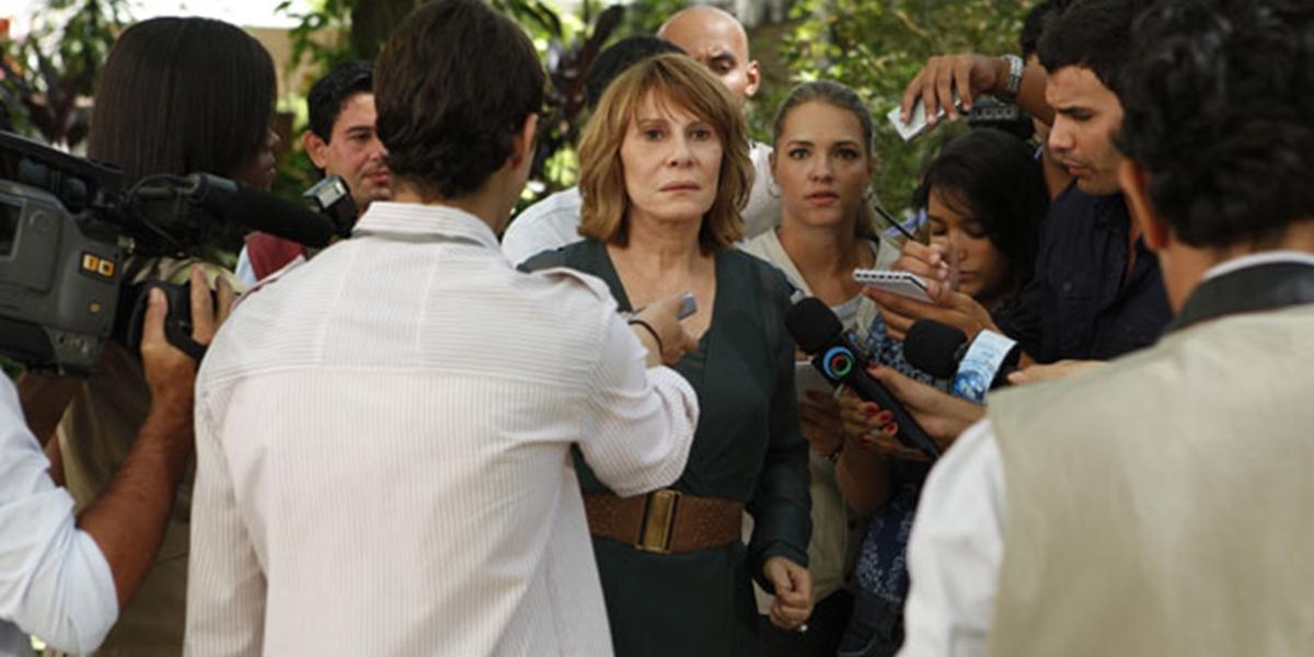 Danielle (Renata Sorrah) é encurralada e confessa erro grave em Fina Estampa (Foto: Reprodução/Globo)