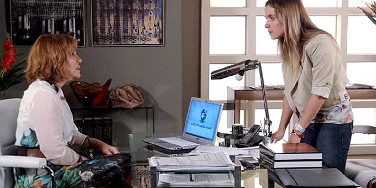 Beatriz (Monique Alfradique) confronta Danielle (Renata Sorrah) em Fina Estampa (Foto: Reprodução/Globo)