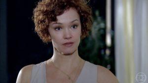 Esther (Julia Lemmertz) em cena de Fina Estampa; estilista será chamada de maluca pelo ex-marido (Foto: Reprodução/Globo)