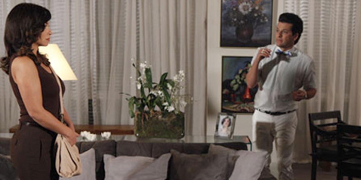 Joana (Suzana Pires) aparece na mansão da vilã e assusta Crô (Marcelo Serrado) na novela das nove (Foto: Reprodução/Globo)