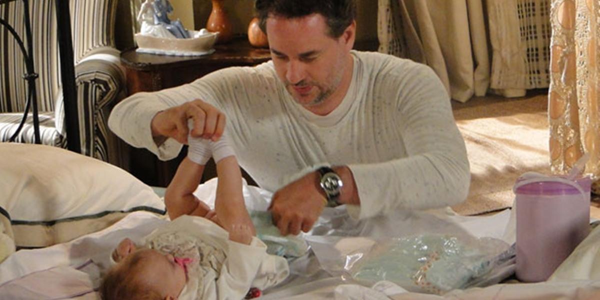 Paulo (Dan Stulbach) cuida e se aproxima da filha de Esther (Julia Lemmertz) em Fina Estampa (Foto: Reprodução/Globo)