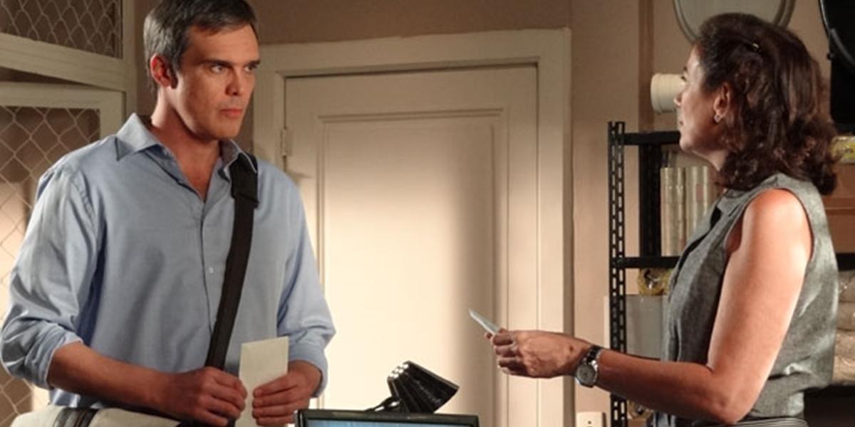 René (Dalton Vigh) devolve dinheiro à Griselda (Lilia Cabral) em Fina Estampa (Foto: Reprodução/Globo)