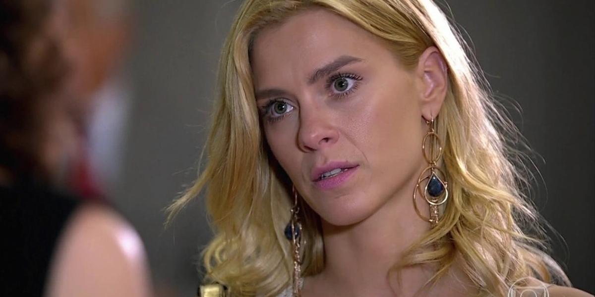 Teodora (Carolina Dieckmann) em Fina Estampa; periguete invadirá o casamento de Amália (Sophie Charlotte) e armará escândalo (Foto: Reprodução/Globo)