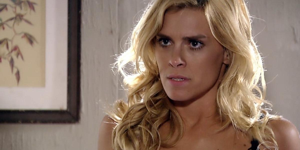 Teodora (Carolina Dieckmann) em cena de Fina Estampa; periguete humilha Quinzé (Malvino Salvador) após acusação (Foto: Reprodução/Globo)