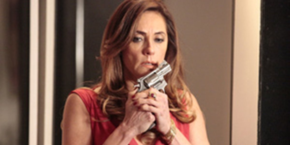 Tereza Cristina (Christiane Torloni) acertará tiro em René (Dalton Vigh) em Fina Estampa (Foto: Reprodução/Globo)