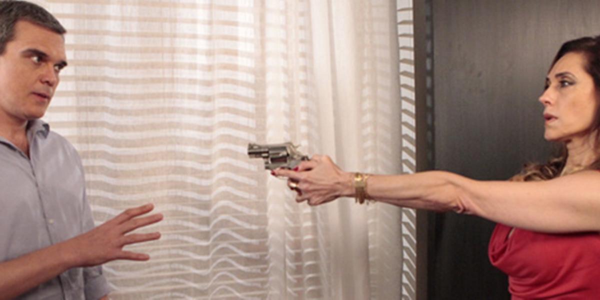 René (Dalton Vigh) em discussão com Tereza Cristina (Christiane Torloni) que acabará em tragédia em Fina Estampa (Foto: Reprodução/Globo)
