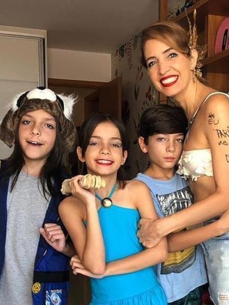 Foto de Poliana Abritta ao lado dos filhos, após sofrimento da jornalista para conseguir engravidar (Reprodução)