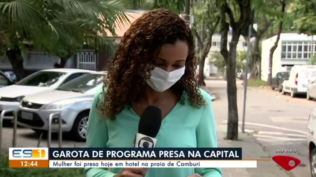 Repórter da Globo cai na risada durante reportagem (Foto: Reprodução)