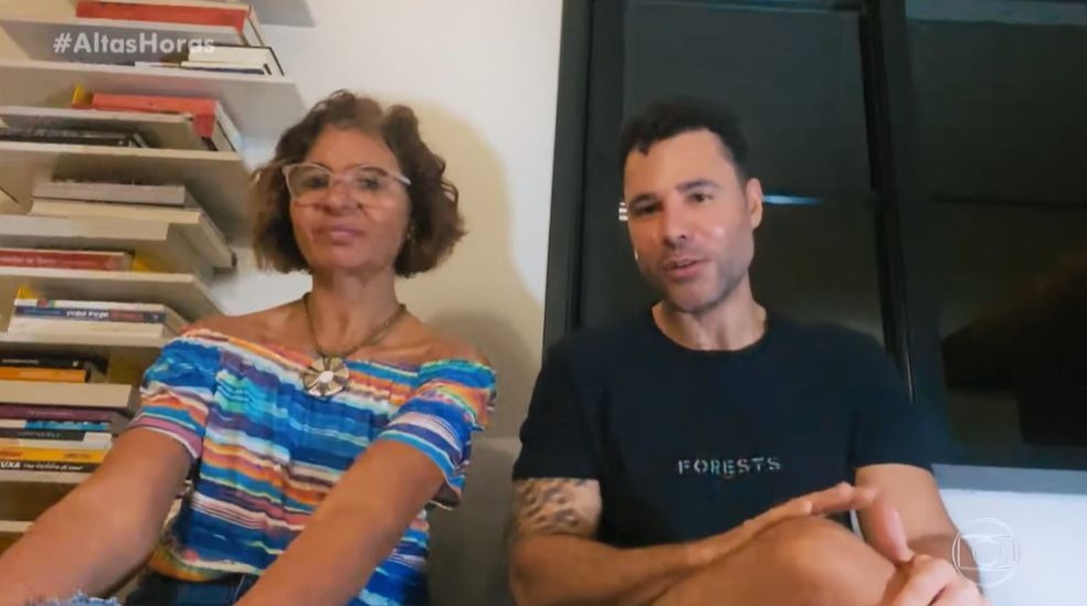 O ator Rodrigo Sant'Anna e a mãe no programa Altas Horas - Foto: Reprodução