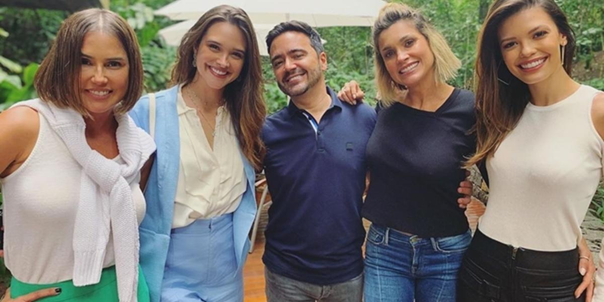 O autor Daniel Ortiz com as protagonistas de Salve-se Quem Puder; novelas foram cortadas para diminuir gastos (Foto: Reprodução/Instagram)