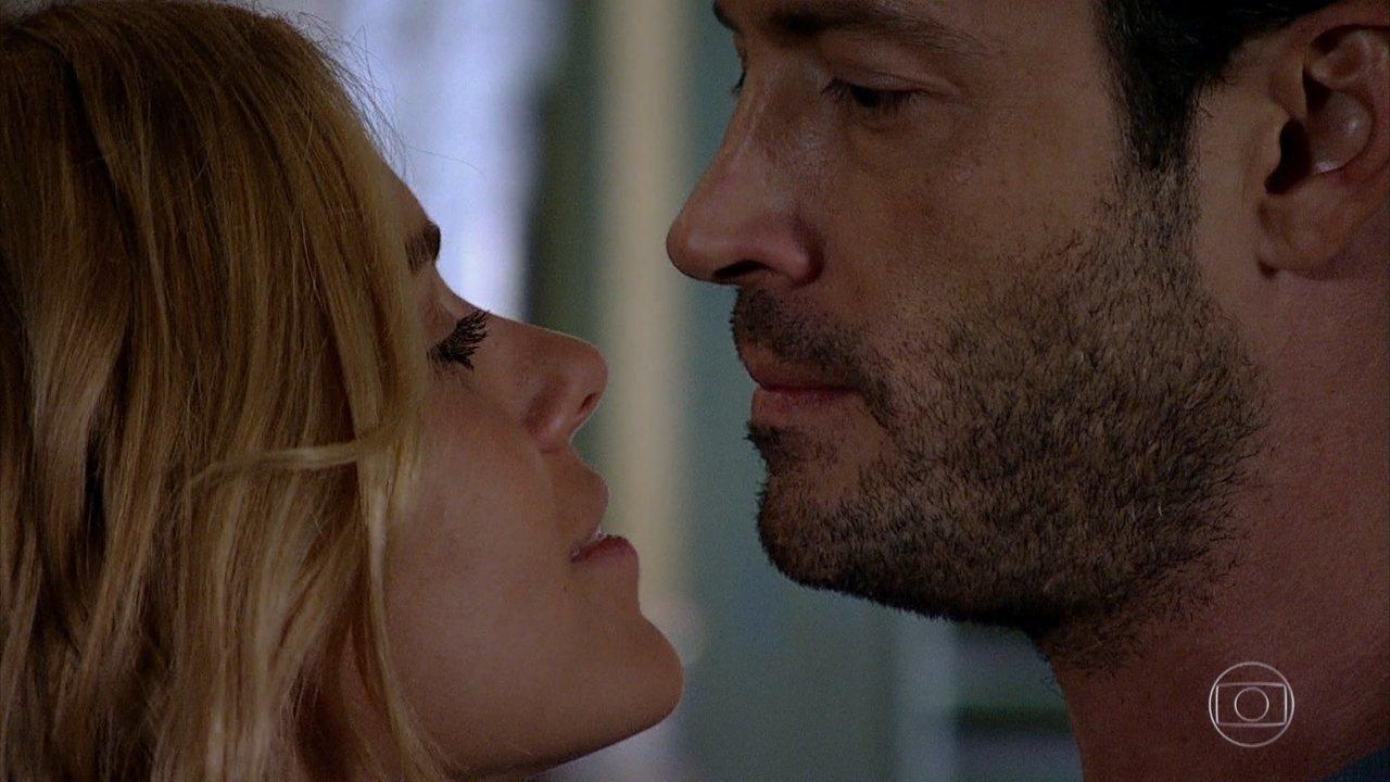A imagem mostra uma cena da novela Fina Estampa da Globo onde a personagem Teodora, branca e loira, encara Quinzé, homem com barba, frente a frente