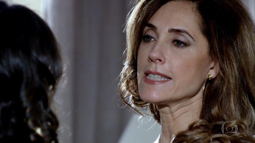 Tereza Cristina em cena de Fina Estampa com expressão de raiva