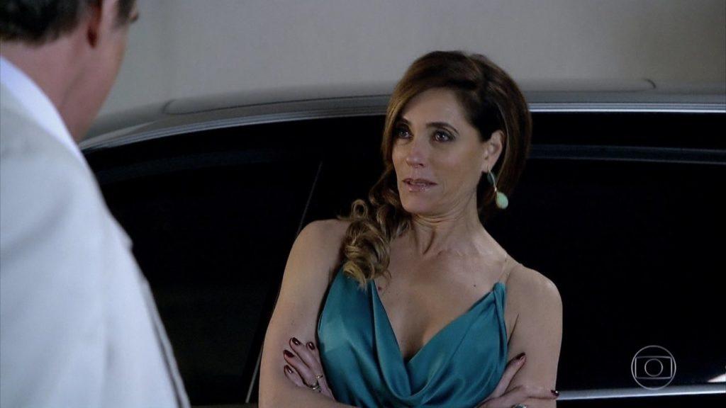 Tereza Cristina encostada em carro de braços cruzados em Fina Estampa
