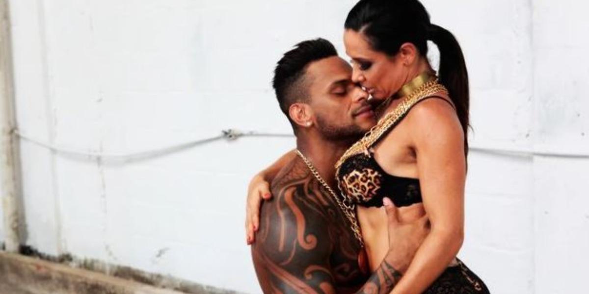 Tony Salles e Scheila Carvalho para a Paparazzo (Foto: Isac Luz/Divulgação)