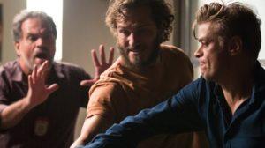 Arthur (Fabio Assunção) tem embate com vilão para salvar Eliza (Marina Ruy Barbosa) em Totalmente Demais (Foto: Fabiano Battaglin/Globo)