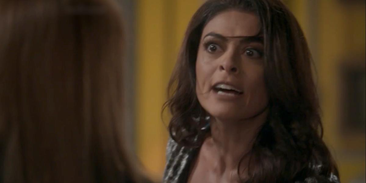 Carolina (Juliana Paes) apanha e leva tapa na cara em Totalmente Demais (Foto: Reprodução/Globo)