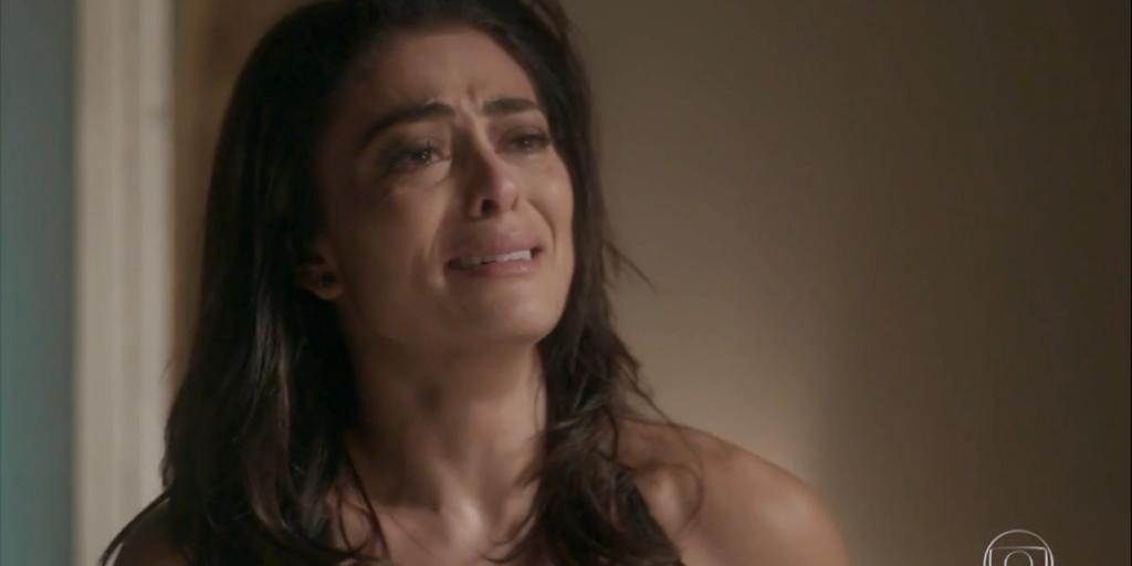 Carolina (Juliana Paes) verá sua vida ser destroçada após tentar acabar com rival em Totalmente Demais (Foto: Reprodução/Globo)
